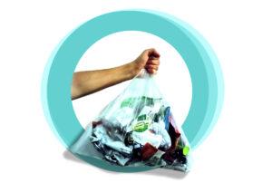 Hand hält Beutel mit Müll
